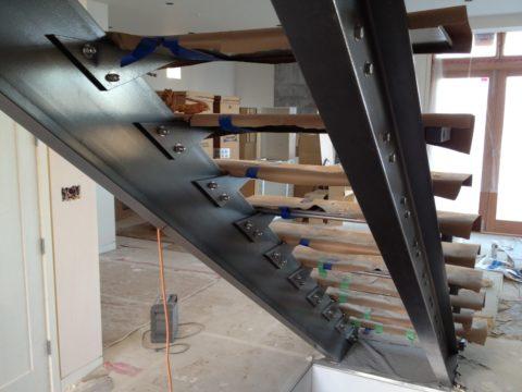 Лестница с деревянными ступенями на металлических косоурах