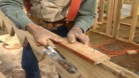 Лестницы деревянные на косоурах – установка ограничителя