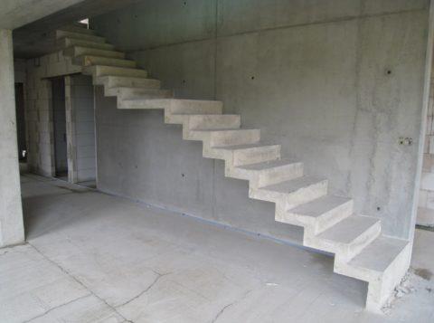Лестницы на бетонном основании
