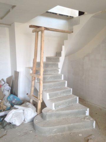 Межэтажные лестницы бетонные – сложная конструкция с забежными ступенями занимает немного места
