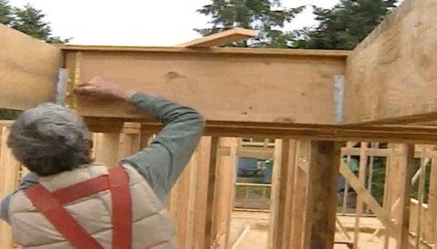 Монтаж лестницы на деревянном косоуре