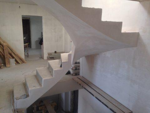 Монтаж лестницы по бетону – такая конструкция потребует установки опалубки сложной конфигурации