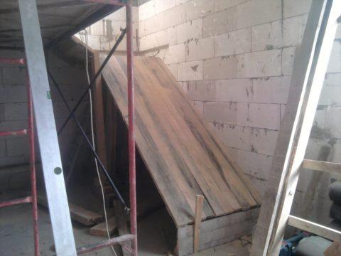 Нагрузки бетонной лестницы будут ниже, если ее дополнительно привязать к стене