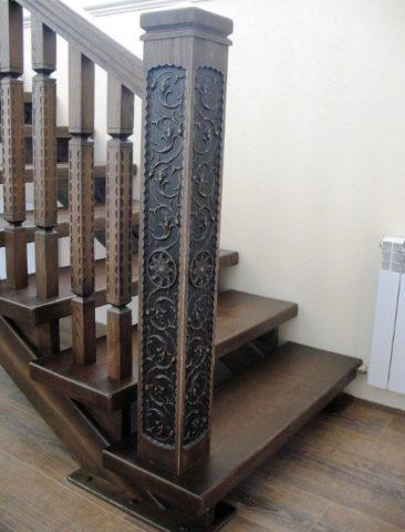 Опорная стойка деревянной лестницы со сложной резьбой