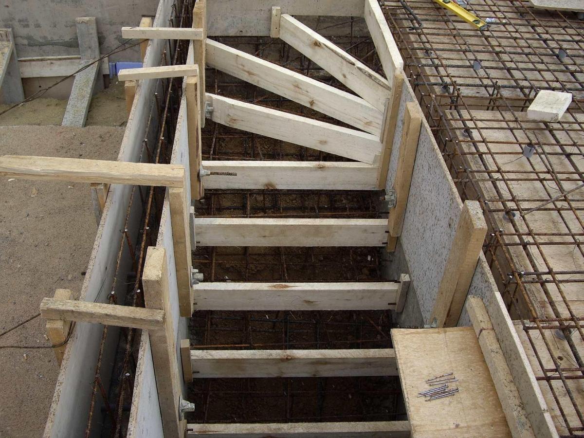 как заливать лестницу