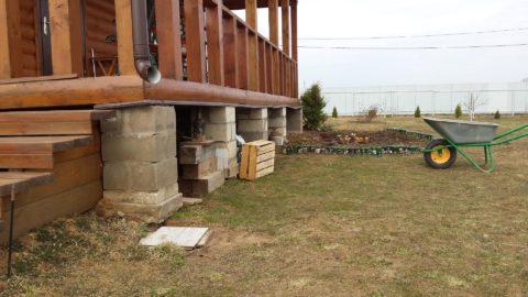 Блочные столбы фундамента под деревянную террасу