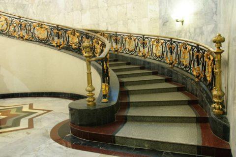 Достоинства каменной лестницы очевидны, но имеются и недостатки