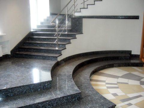 Каменная облицовка имеет значительный вес, поэтому требует прочного и стабильного основания