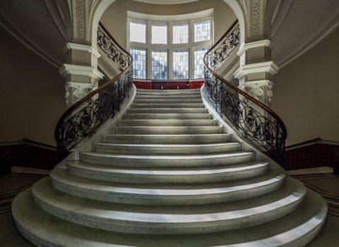 Лестница, облицованная камнем, является визитной карточкой любого дома