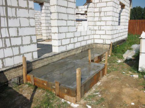 Монолитная плита основания для строительства крыльца