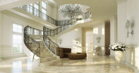 Мрамор прекрасно смотрится в просторных помещениях на широких ступенях