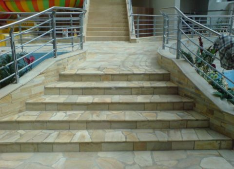 Натуральный песчаник используется для облицовки уличных ступеней