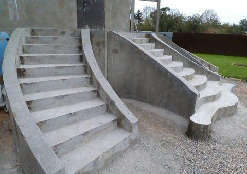 Пластичность бетонного раствора позволяет создавать лестницы интересных форм