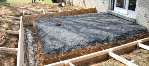 Подготовка к заливке ленточного фундамента для широкого крыльца