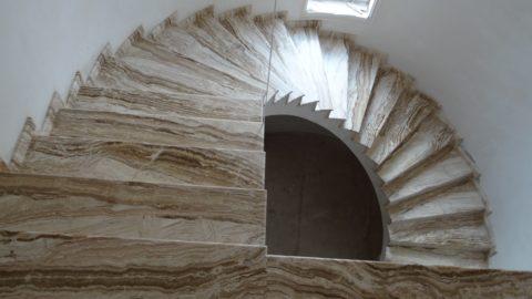 Весьма оригинальная облицовка лестницы травертином