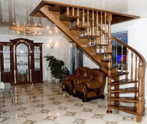 Косоурная лестница с поворотом