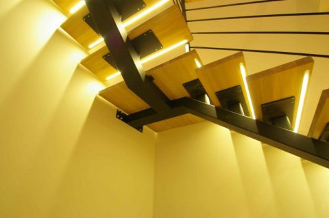 Лестница на косоуре с подсветкой