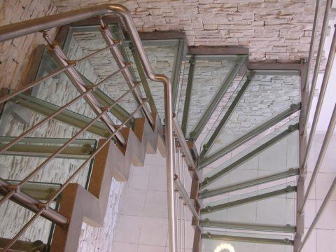 П-образная лестница на косоурах из металла и стекла