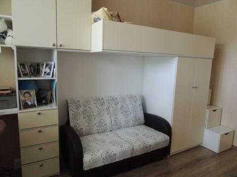 Под верхней кроватью может быть зона отдыха и дополнительное спальное место