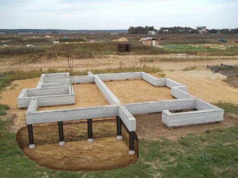 Фундамент для массивной входной группы отливается одновременно с фундаментом для загородного дома