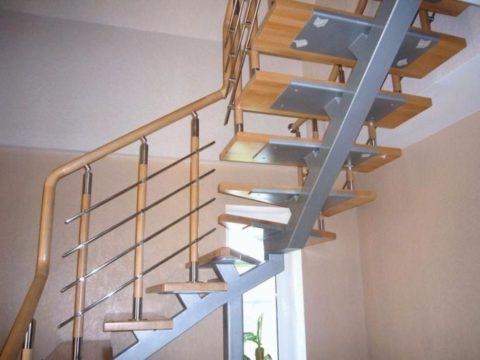 Каркас для деревянной лестницы, представляющий собой монокосоур