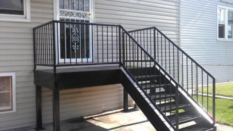 Лестница из металла перед входом в дом