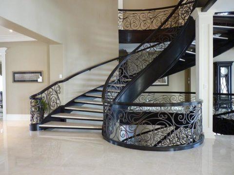 Лестница со ступенями, закрепленными между металлических направляющих