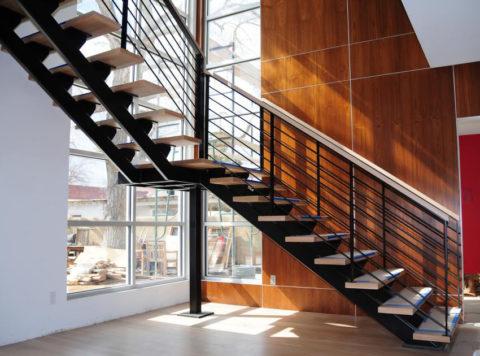 Металлические каркасы для лестниц, выполненные из косоуров
