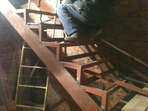 Металлический каркас из уголка для лестницы