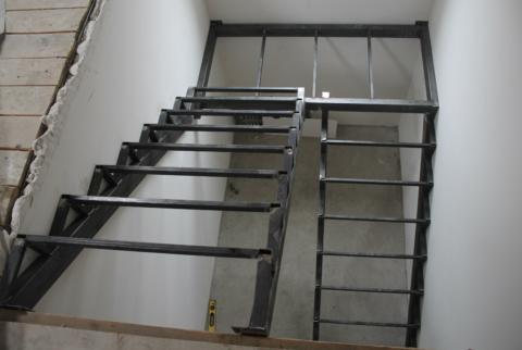 Необлицованный п-образный каркас для металлической лестницы