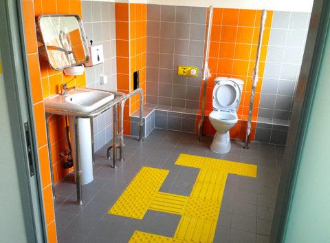 Металлические поручни в санузле для инвалидов