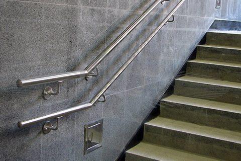 Металлическими делают поручни в общественных и производственных зданиях, подземных переходах, метро, где на них приходится высокая нагрузка