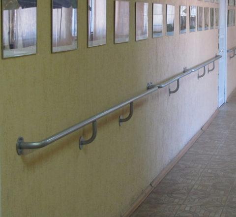 Настенный поручень в коридоре лечебного учреждения