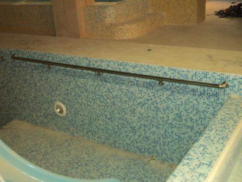Нержавеющая сталь – идеальный материал для поручней в бассейне