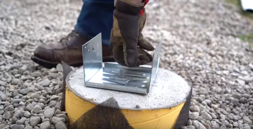 Изготовление деревянного крыльца своими руками - установка стальной скобы для крепления деревянных опор
